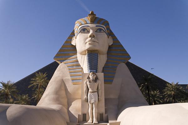 Sphinx di penutup mata olahraga kasino Las Vegas Raiders